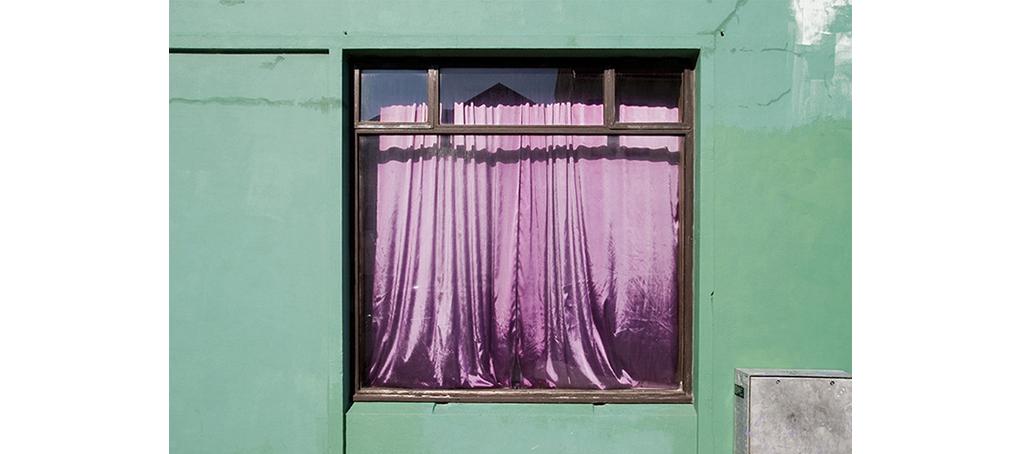 misc 10 cortina raso violeta pared verde Islandia jose camara
