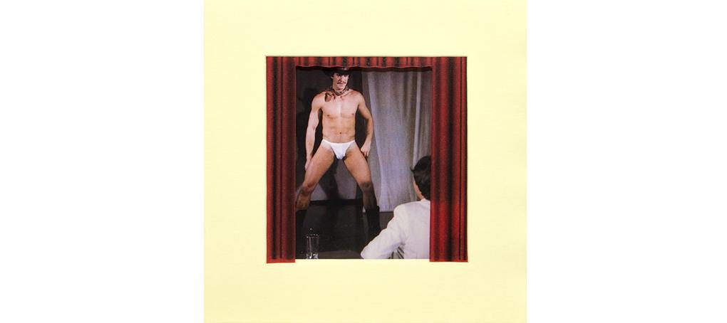 se abre el telón 04 striptease cortina roja jose camara postit